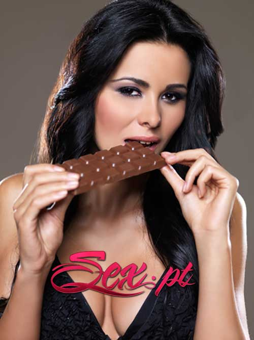 mulher sexy a comer chocolate
